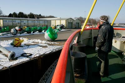 Tonnenwartung mit der MS Scharhörn auf der Ostsee